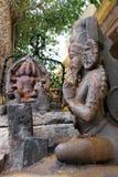 Estatua del templo hindú en actitud de la adoración que se sienta con la dedicación Imagen de archivo