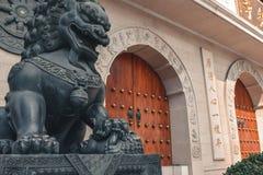 Estatua delante de Jing An Temple en Shangai China fotografía de archivo