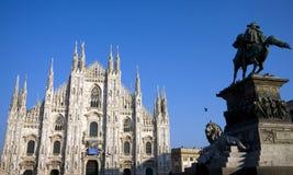 Estatua delante de la catedral de Milano imágenes de archivo libres de regalías