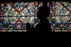 Estatua delante de la ventana de cristal manchada fotos de archivo libres de regalías