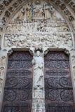 Estatua delante de Notre Dame Cathedral Fotos de archivo