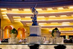 Estatua delante del casino de vegas fotos de archivo