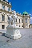 Estatua delante del palacio del belvedere Fotos de archivo libres de regalías