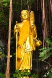 Estatua derecha de oro de Buddha Fotografía de archivo