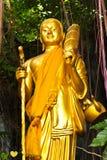 Estatua derecha de oro de Buddha Imágenes de archivo libres de regalías