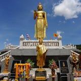 Estatua derecha de oro de Buddha Imagenes de archivo