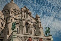 Estatua ecuestre de bronce en la basílica de la fachada de Sacre Coeur en París Imagenes de archivo