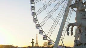 Estatua ecuestre de Pegaso, rueda grande y torre Eiffel, paisaje urbano famoso de París almacen de metraje de vídeo
