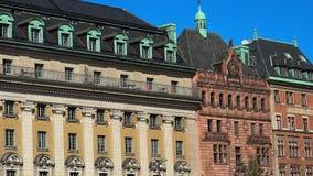 Estatua ecuestre de rey Gustav II Adolfo contra la ópera sueca real Estocolmo suecia almacen de metraje de vídeo