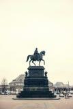 Estatua ecuestre de rey John de Sajonia Konig Juan I von Sajonia en Theaterplatz en Dresden, Alemania Estilo retro Foto de archivo