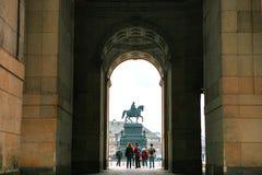 Estatua ecuestre de rey John de Sajonia Konig Juan I von Sajonia en Theaterplatz en Dresden, Alemania visión a través Imágenes de archivo libres de regalías