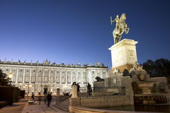 Estatua ecuestre de rey Philip IV delante de Royal Palace de Madrid, España fotos de archivo libres de regalías