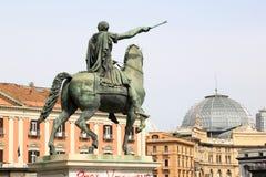 Estatua ecuestre en Piazza del Plebiscito, Nápoles, Italia foto de archivo