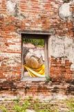 Estatua el dormir Buddha en ventana Fotografía de archivo libre de regalías