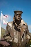 Estatua el marinero y las banderas de los Estados Unidos en el oro Imágenes de archivo libres de regalías
