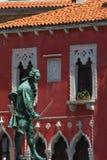 Estatua en cuadrado central de la ciudad Imagenes de archivo