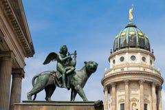 Estatua en el cuadrado de Gendarmenmarkt, Berlín Imagen de archivo