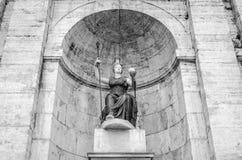 Estatua en el della Dea Roma de la fuente en el cuadrado de Roma, capital de Italia Fotos de archivo libres de regalías