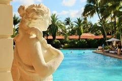 Estatua en el poolside Foto de archivo
