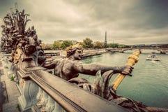 Estatua en el puente de Pont Alejandro III en París, Francia Río Sena y torre Eiffel Imagen de archivo