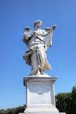 Estatua en el puente de Sant Ángel. Roma (Roma), Italia Imagen de archivo libre de regalías