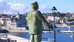 Estatua en honor de rey Carlos I cerca de la fortaleza de nuestra se?ora de la luz a lo largo de la 'promenade' del puerto en Cas almacen de metraje de vídeo