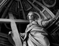 Estatua en la basílica de San Pedro Imagen de archivo