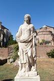 Estatua en la casa de los vestales en el sitio arqueológico de los foros imperiales fotografía de archivo libre de regalías