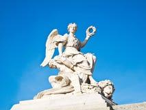 Estatua en la fachada de la entrada del castillo francés de Versalles Imagenes de archivo