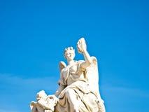 Estatua en la fachada de la entrada del castillo francés de Versalles Fotos de archivo