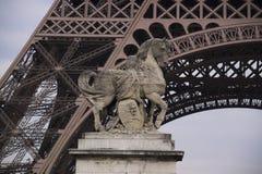 Estatua en la torre Eiffel Imágenes de archivo libres de regalías