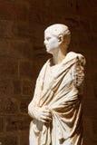 Estatua en la yarda del palacio magnífico imágenes de archivo libres de regalías