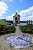 Estatua en los jardines cerca del parque del molino de viento de Zaanse Schans en Zaandam, Holanda, Países Bajos imagenes de archivo