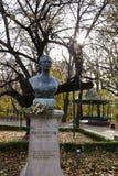 Estatua en los jardines de Copou, Iasi, Rumania del busto de Mihai Eminescus en otoño Fotos de archivo