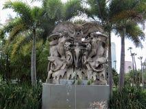 Estatua en medio de las palmeras fuera de la universidad de Tampa fotos de archivo