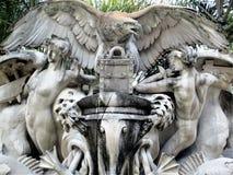 Estatua en medio de las palmeras fuera de la universidad de Tampa imágenes de archivo libres de regalías