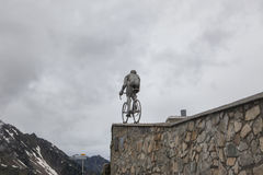 Estatua encima de Col du Tourmalet fotografía de archivo