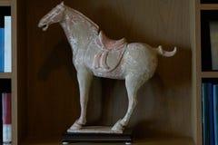 Estatua esculpida del caballo de la roca en el estante de librería para la decoración en sitio imagenes de archivo