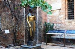 Estatua famosa de Juliet en Verona, Italia Foto de archivo libre de regalías