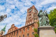 Estatua famosa del astr?nomo a Mikolaj Kopernik en Torun fotografía de archivo libre de regalías