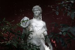 Estatua femenina hecha del mármol Imagen de archivo libre de regalías