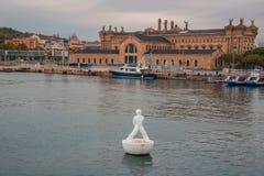 Estatua flotante Miraestels que mira las estrellas abajo en el puerto por el traje Imagen de archivo