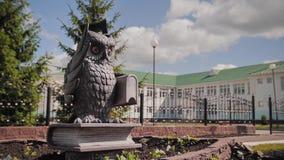 Estatua fresca de un búho en el fondo de una institución educativa almacen de video