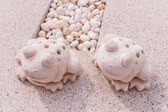 Estatua gemela de las ranas hecha por la piedra caliza Foto de archivo