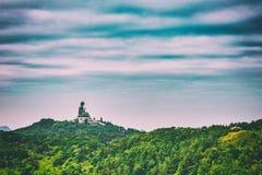 Estatua gigante de Buddha en la montaña Imagenes de archivo