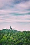 Estatua gigante de Buddha en la montaña Fotos de archivo libres de regalías