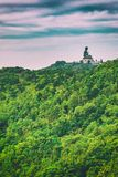 Estatua gigante de Buddha en la montaña Imagen de archivo