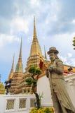 Estatua gigante del caballero chino que lleva a un guardia a de la situación del sombrero Fotos de archivo