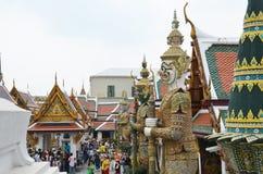 Estatua gigante del guarda en el palacio magnífico Foto de archivo libre de regalías