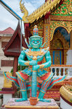 Estatua gigante un frente del guardia de la puerta del templo Imagenes de archivo